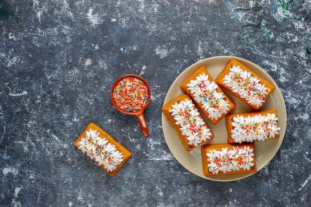 Deliziose torte fatte in casa con piccoli frutti, uvetta, vista dall'alto