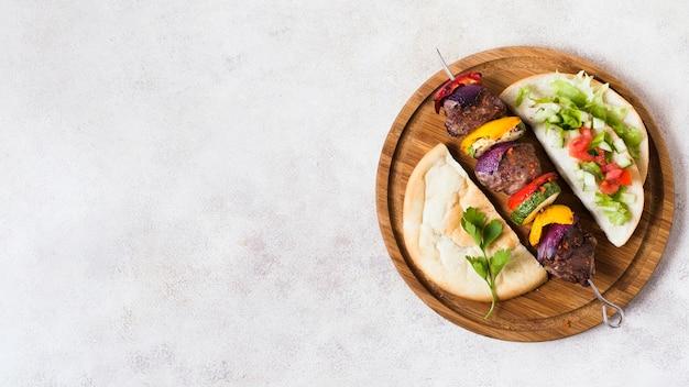Deliziose verdure arabe fast-food e carne su spiedini copia spazio