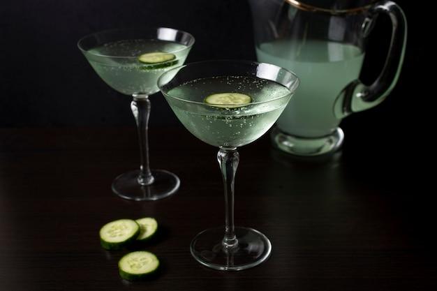 Deliziosi bicchieri di cocktail con cetriolo