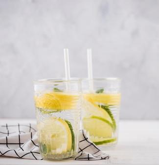 Deliziosi bicchieri di limonata fatti in casa