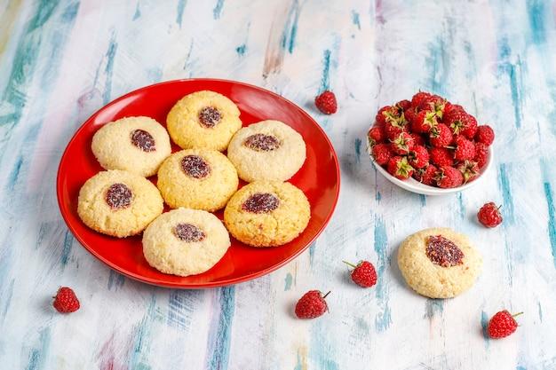 Deliziosi biscotti al lampone fatti in casa.