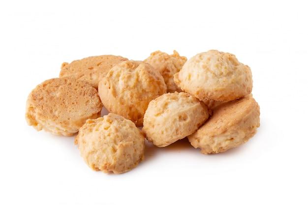 Deliziosi biscotti di cocco isolati su uno sfondo bianco