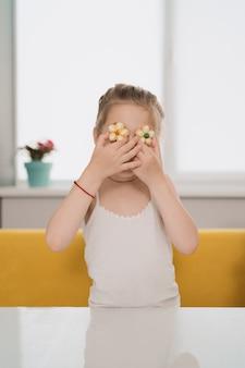 Deliziosi biscotti per bambini sugli occhi