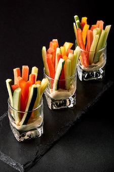 Deliziosi cetrioli succosi, carote, sedano, tagliati a strisce sottili o mazze