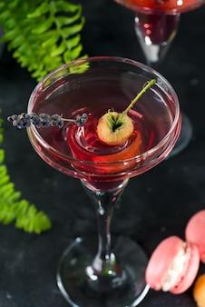 Deliziosi cocktail con campari, gin, vermouth e frutti di bosco