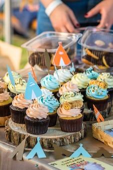 Deliziosi cupcakes con crema colorata