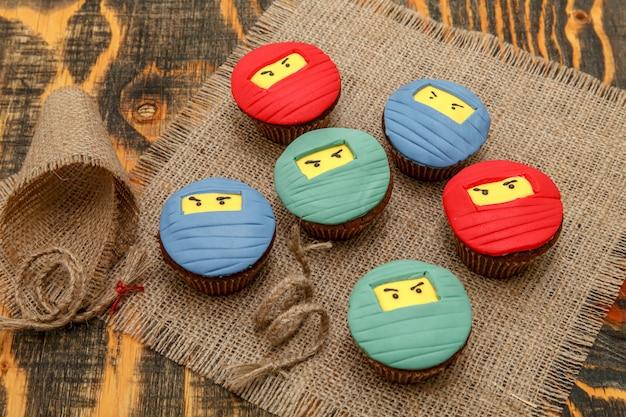Deliziosi cupcakes con mastice di zucchero colorato