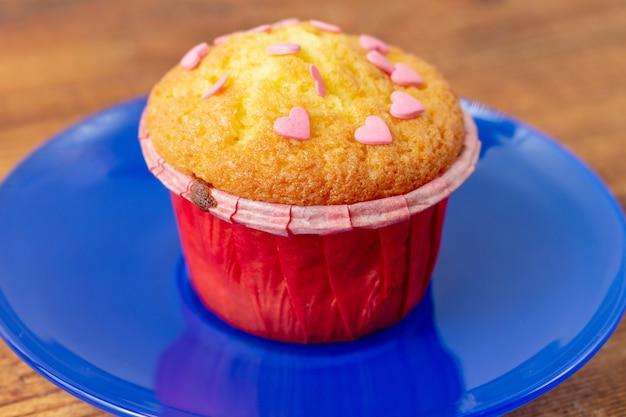 Deliziosi cupcakes con pasticceria a forma di cuore. regalo di san valentino
