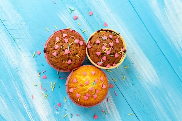 Deliziosi cupcakes con pasticceria a forma di cuore
