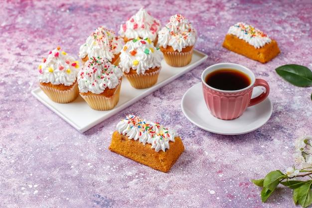 Deliziosi cupcakes fatti in casa con vari spruzzi