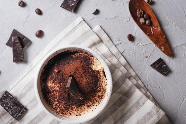 Deliziosi dessert al cioccolato in ciotola di ceramica bianca