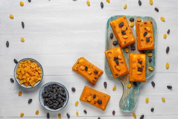 Deliziosi dolci fatti in casa con piccoli frutti, uvetta, vista dall'alto