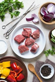 Deliziosi fast food arabi pezzi di carne cruda sulla piastra