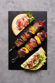 Deliziosi fast food arabi vista dall'alto ingredienti su spiedini