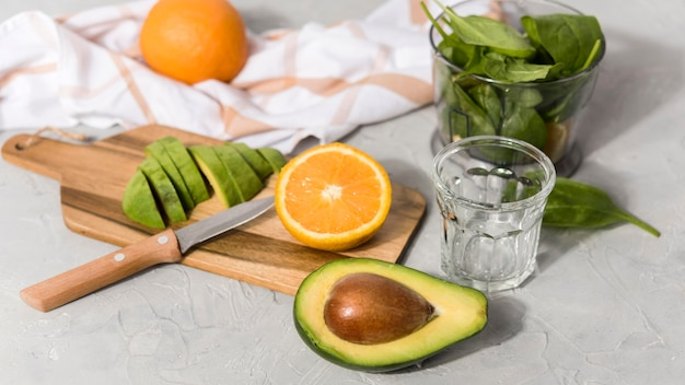 Deliziosi frullati con arancia e avocado