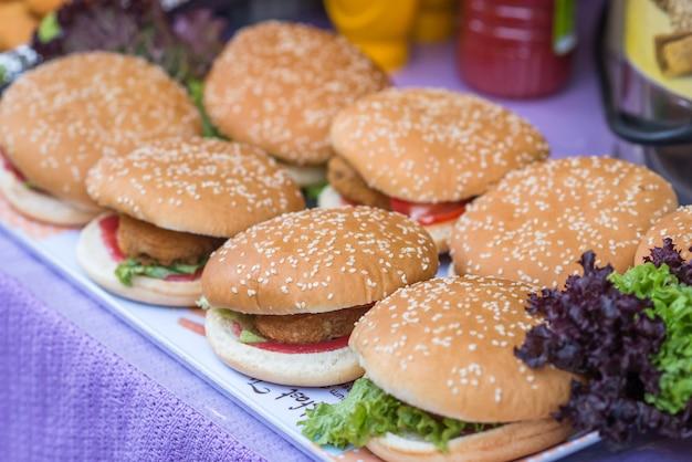 Deliziosi hamburger alla griglia