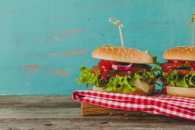 Deliziosi hamburger con formaggio, lattuga e pomodoro