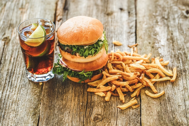 Deliziosi hamburger sul tavolo