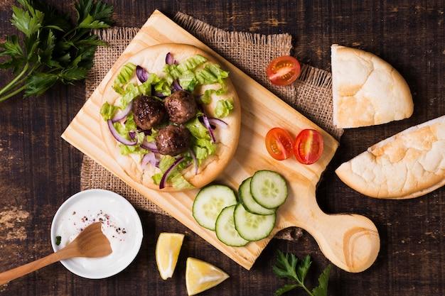 Deliziosi involtini di carne fast food arabo sulla focaccia