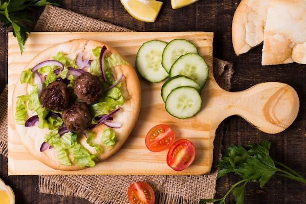 Deliziosi involtini di carne fast food arabo sulla vista dall'alto di focaccia