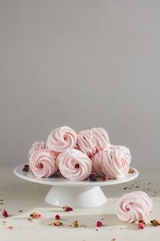 Deliziosi marshmallow fatti in casa sono sul tavolo