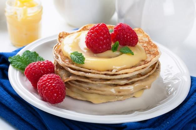 Deliziosi pancakes con cagliata di lime e lamponi.