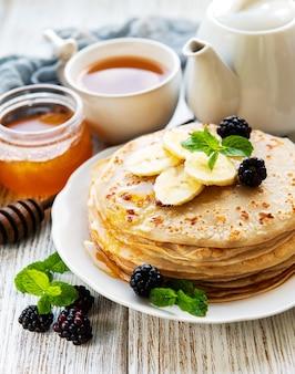 Deliziosi pancakes con more e banane