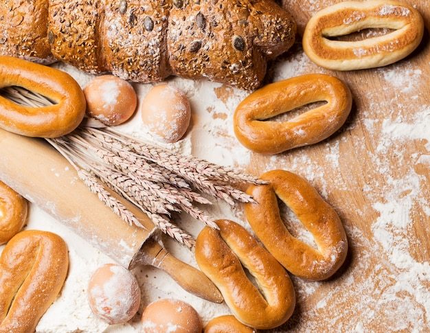 Deliziosi pane, bagel e uova sul tavolo