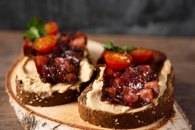Deliziosi panini con pancetta ad alto angolo