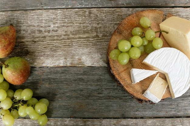 Deliziosi pezzi di formaggio e frutta