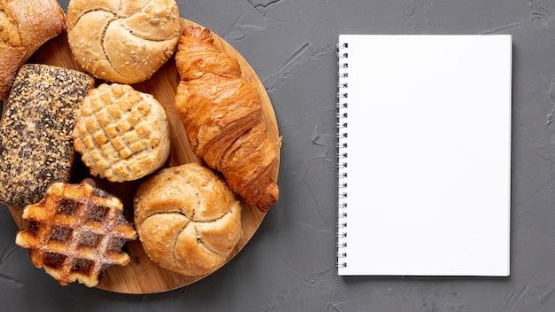 Deliziosi prodotti di pasticceria e un quaderno