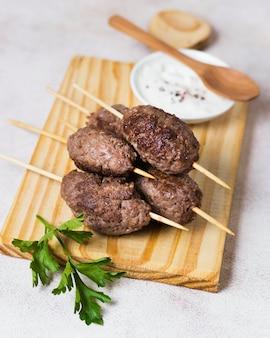 Deliziosi spiedini di fast food arabi ad alta vista