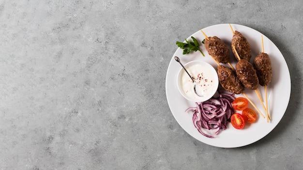 Deliziosi spiedini di fast food arabi sulla piastra