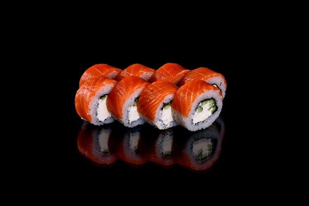 Deliziosi sushi rotoli freschi su uno sfondo scuro