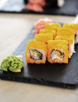 Deliziosi sushi serviti sul tavolo