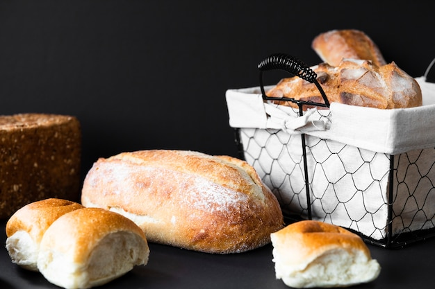 Deliziosi tipi di pane e cestino