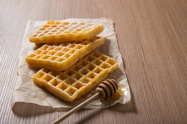Deliziosi waffle belgi con miele. prodotti da forno. cibo