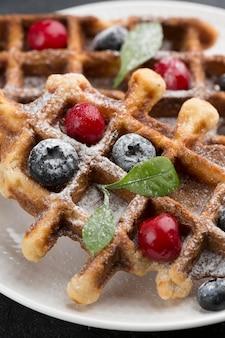 Deliziosi waffle con frutta