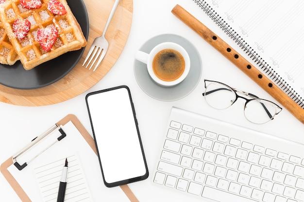 Deliziosi waffle per la colazione accanto agli strumenti da ufficio
