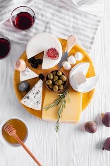 Delizioso assortimento di snack su un tavolo