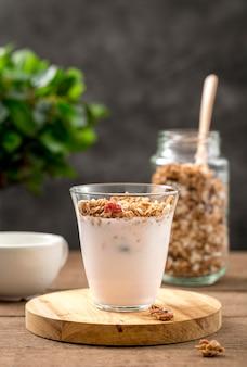 Delizioso bicchiere di yogurt con muesli