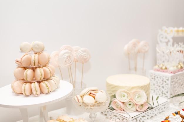 Delizioso buffet dolce con cupcakes. barretta di cioccolato.