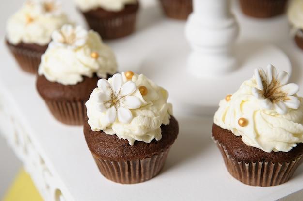Delizioso buffet dolce con cupcakes. buffet di dolci vacanze