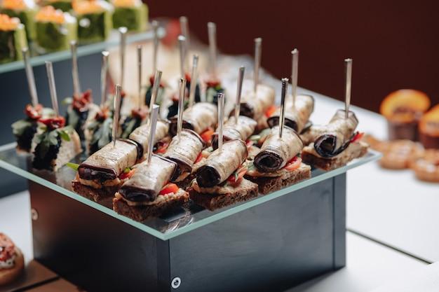 Delizioso buffet festivo con canapè e diversi piatti deliziosi