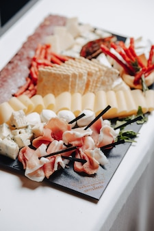 Delizioso buffet festivo con tartine e diversi deliziosi piatti