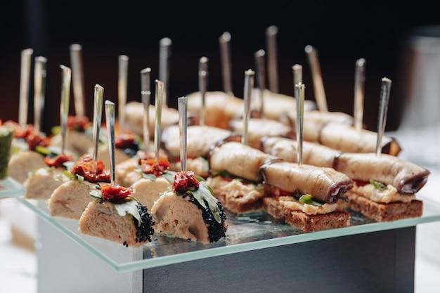 Delizioso buffet festivo con tartine e diversi piatti deliziosi