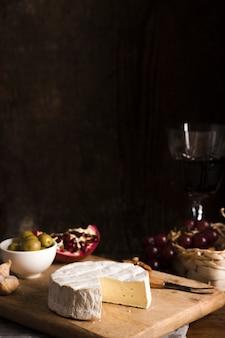 Delizioso buffet per buongustai su tavola di legno