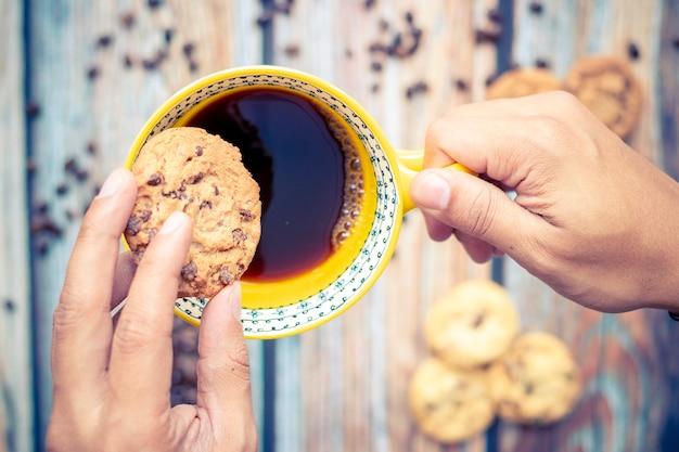 Delizioso caffè americano con biscotti