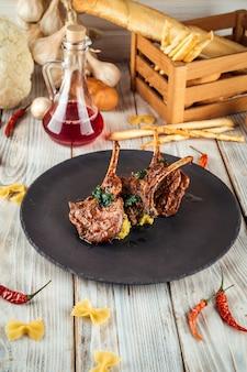 Delizioso carré di agnello con salsa hummus