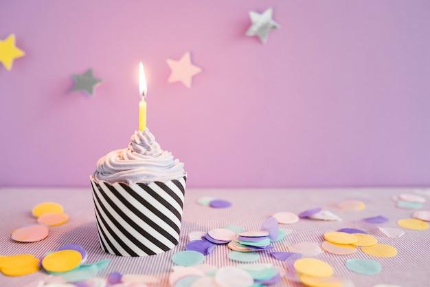 Delizioso cupcake con candela
